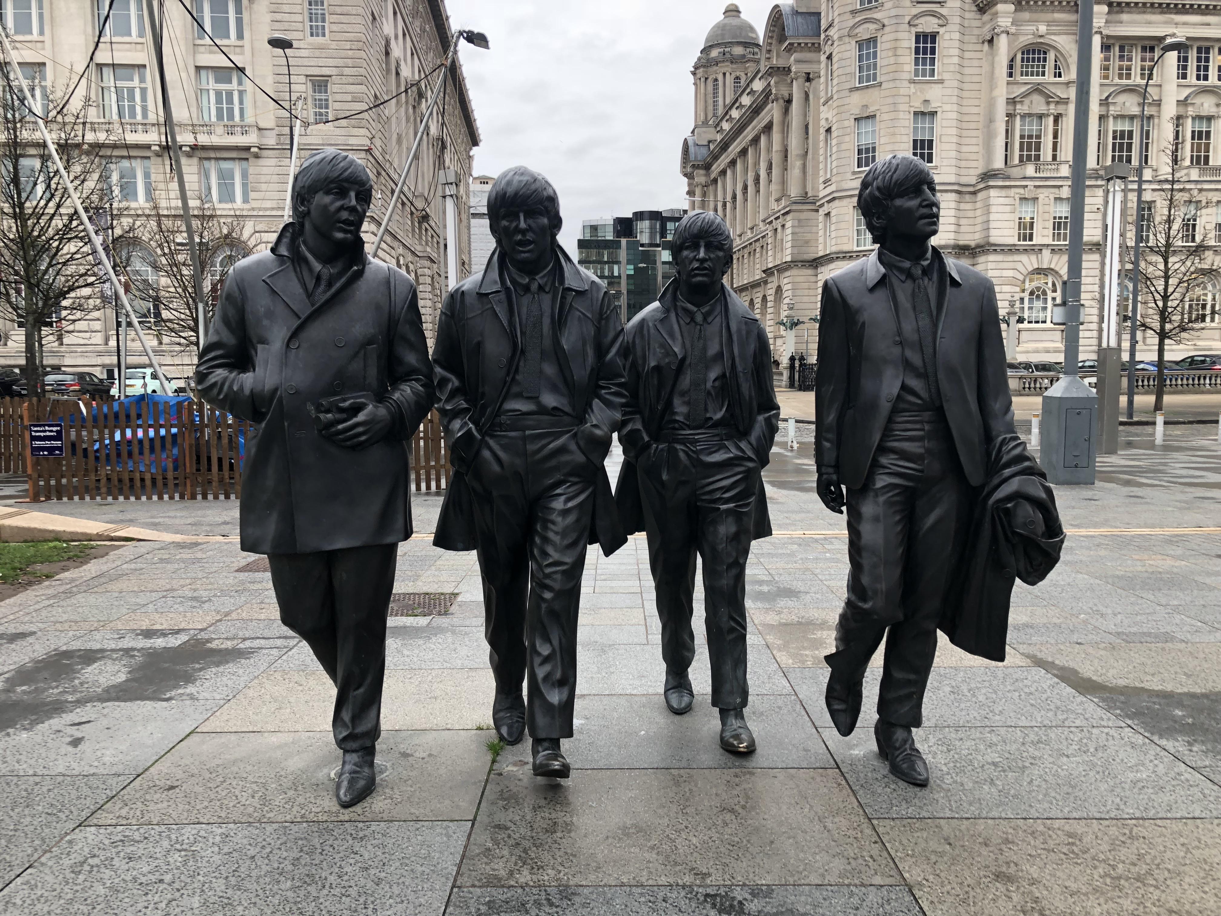 ビートルズ像