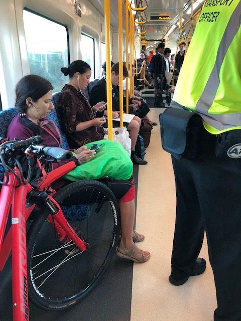 オークランドの電車内で自転車を停めている。