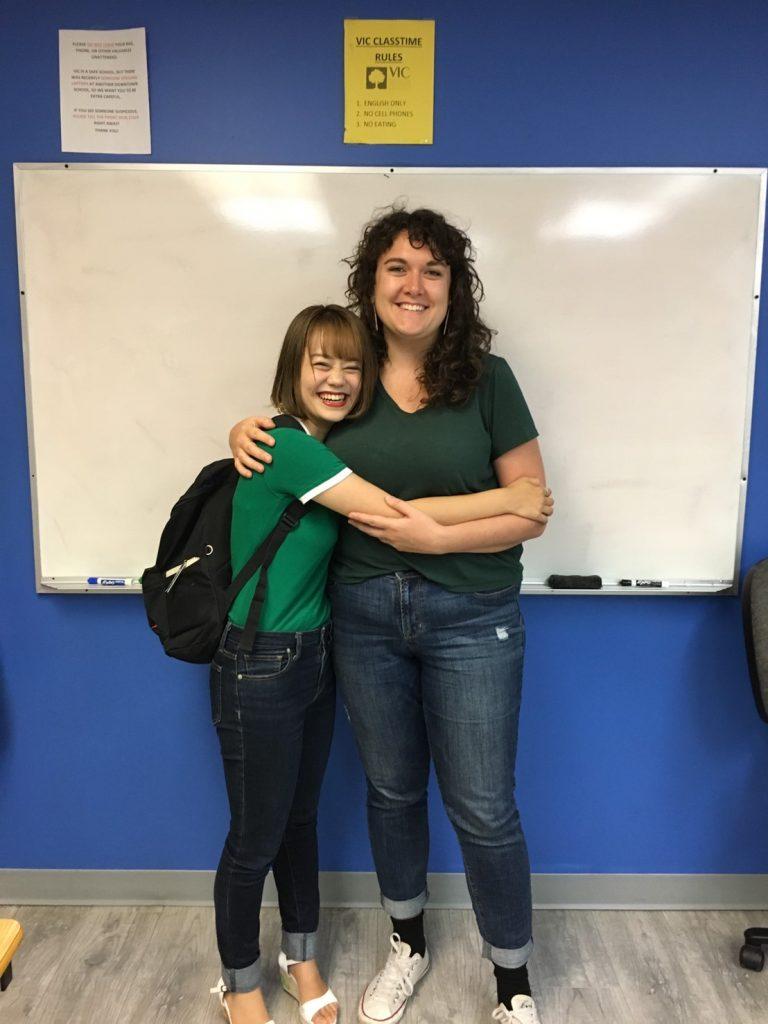 語学学校の先生と留学生が一緒に写っているところ