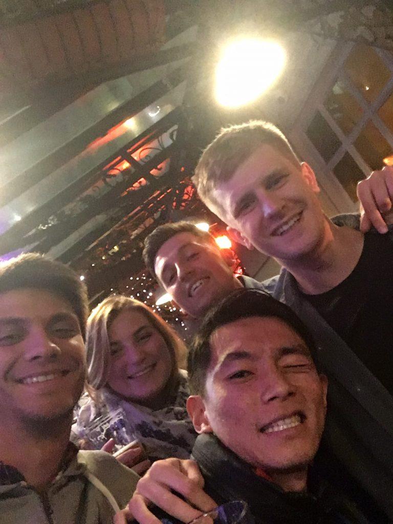 バーで外国人と一緒に日本人が写っている。