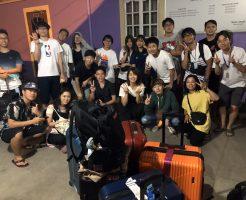 フィリピン留学から帰国のために空港へ向かう時に学校のみんなと一緒に集合している。