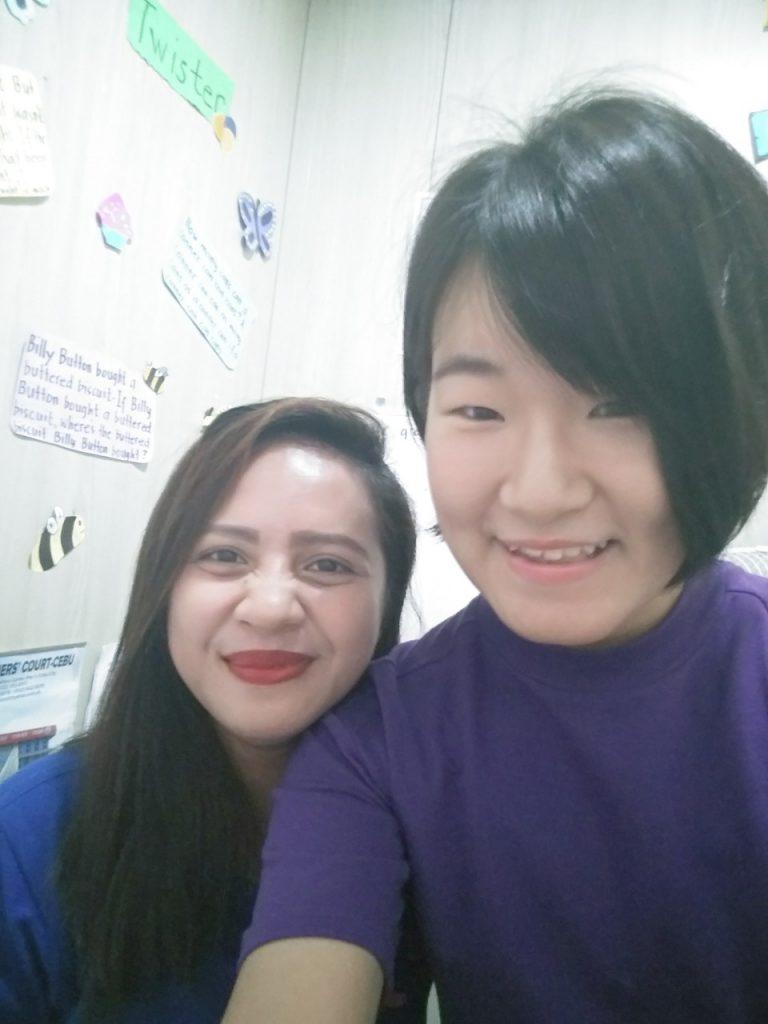 留学先のフィリピン人の先生と留学生が写っている。