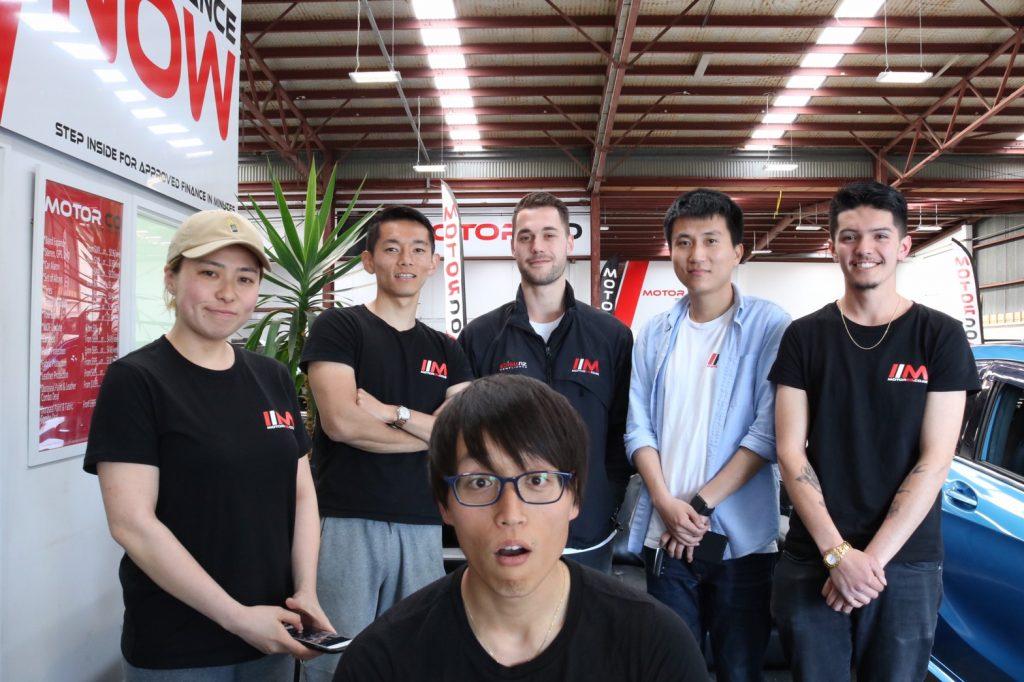 中古車販売の職場の人たちとの写真
