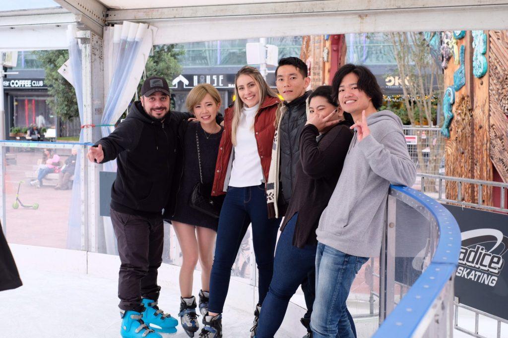 語学学校の生徒さんたちとアイススケートをしている