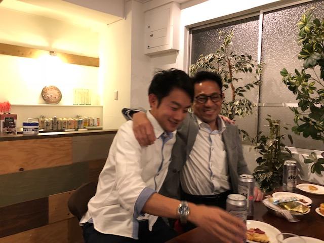 男性二人が酔っ払いながら肩を組んでいる。