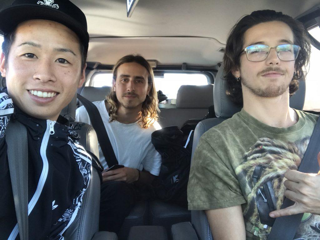 日本人男性と外国人男性2名が車で撮影している