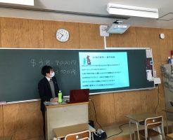 教室で留学の説明をしている男性