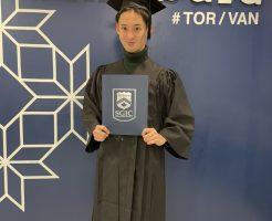 SGICの卒業証書を持って青年が写っている